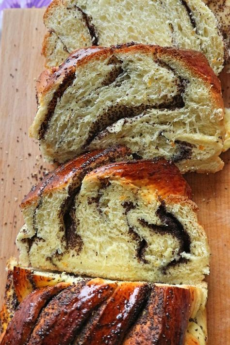 Juicy, fluffy and incredibly delicious tastes this nut plait or poppy seed plait. It consists of a fibrous yeast dough and the aromatic poppy or nut filling. The yeast braid is delicious not only at Easter, but all year round for dessert with coffee or tea. According to this recipe you can easily bake the plait yourself.