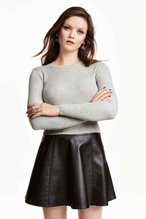 Jersey de punto fino  Jersey corto en punto de canalé de tejido suave.  Modelo ceñido con detalles calados y mangas largas. db457db39f16