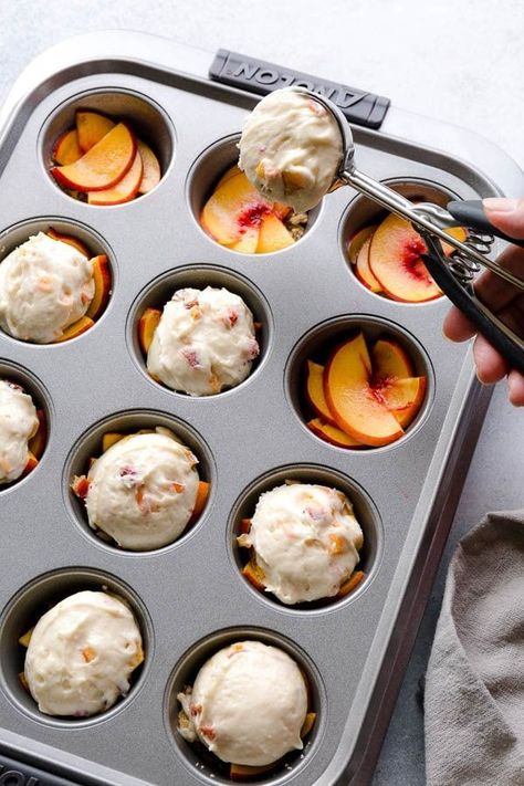 These super moist and tender peach upside down mini cakes are bursting with peaches in every bite. Easy to make, this recipe is a keeper for that indulgent peach season! kuchen, Peach Upside Down Mini Cakes ~Sweet & Savory by Shinee Brownie Desserts, Easy Desserts, Delicious Desserts, Yummy Food, Mini Desserts, Healthy Food, Mini Dessert Recipes, Desserts With Peaches, Recipes Dinner