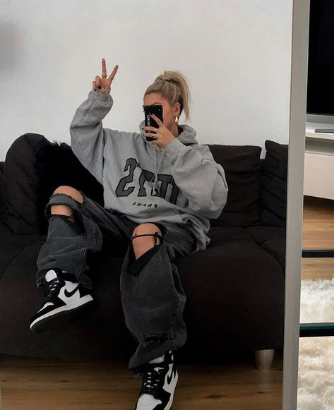 Womenswear on Instagram: Coziness level: 100 @blvckd0pe | #lessisworefemales Skater Girl Outfits, Tomboy Outfits, Indie Outfits, Teen Fashion Outfits, Teenager Outfits, Retro Outfits, Grunge Outfits, Trendy Outfits, 70s Fashion