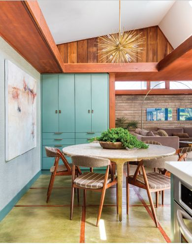 An interior designer uses her trained eye to create the most breathtaking mid mod kitchen out there. Mid Century Modern Kitchen, Mid Century Modern Decor, Mid Century Design, Mid Century Interior Design, Mid Century Kitchens, Modern Retro Kitchen, Mid Century Modern Lighting, Mid Century Style, Mid-century Interior