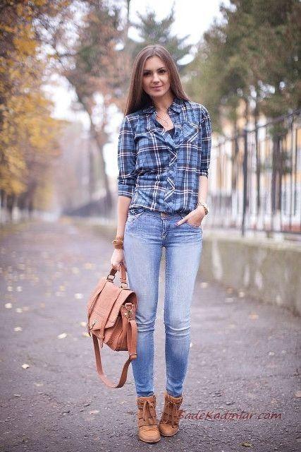 2020 Ekose Gomlek Kombinleri Mavi Kot Pantolon Ekose Desenli Gomlek Taba Nubuk Topuklu Bot Moda Stilleri Moda Sik Kadin Modasi