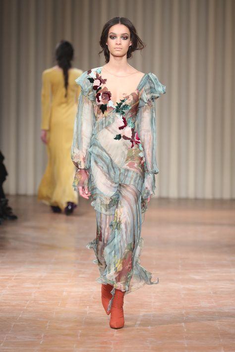 Alberta Ferretti: confira a coleção de inverno 2018 da grife - Vogue | Desfiles