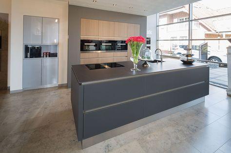 Küche Grifflos Glas matt Lavaschwarz mit Hochschränken in Eiche - keramik arbeitsplatten kueche design