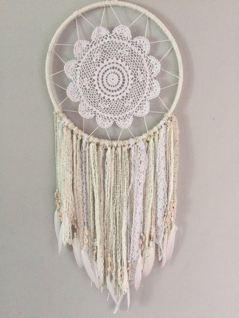 Dreamcatcher todo blanco acentuado con plumas blancas, conchas y encajes. anillo de 12 pulg.