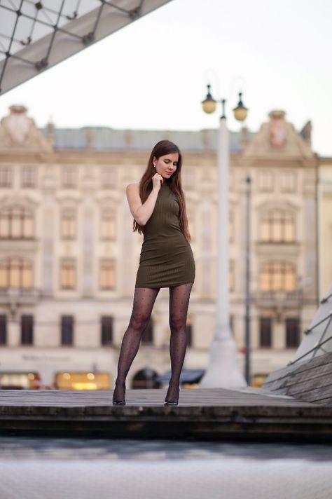 Zielona Obcisla Sukienka Czarne Rajstopy Ze Szwem I Lakierowane Szpilki Model Tight Dresses Fashion