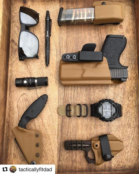 It's and we've created a brand new list of essential survival items for this year! The best bushcraft gear, survival tools, and prepping gear, all in this short list. Survival Gadgets, Edc Gadgets, Survival Tools, Edc Carry, Carry On, Protection Rapprochée, Edc Tactical, Oakley Tactical, Everyday Carry Gear