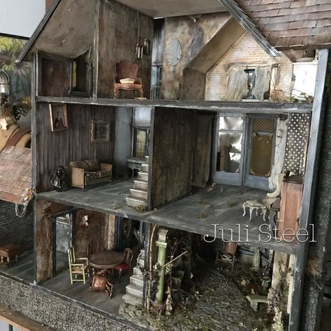 Forget those twee little dollhouses from your childhood, we're a tiny bit obsessed with the work of a truly twisted genius. Juli Steel is not your average miniaturist. A self-taught assemblage artist from Texas who goes by the alias of like us, Juli has Haunted Dollhouse, Haunted Dolls, Victorian Dollhouse, Modern Dollhouse, Diy Dollhouse, Dollhouse Furniture, Dollhouse Miniatures, Spooky House, Halloween Haunted Houses