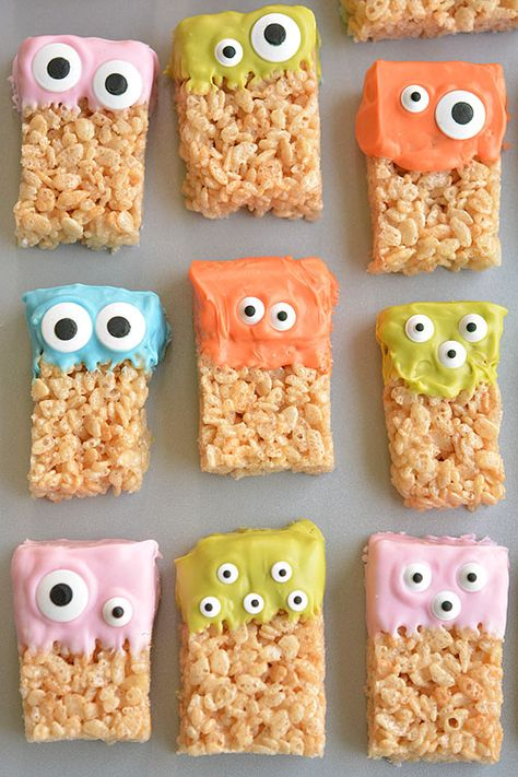 These Rice Krispie Treat Monsters are SO EASY and they're completely adorable! So awesome for Halloween party! Or even a monster birthday party! These Rice Krispie Treat Monsters are SO EASY to make, and they're completely adorable! Halloween Desserts, Halloween Treats For Kids, Halloween Party Decor, Halloween Fun, Holiday Treats, Spooky Treats, Halloween Finger Foods, Healthy Halloween Snacks, Halloween Favors