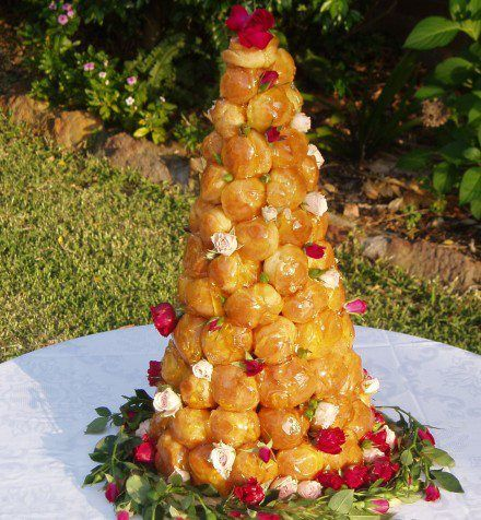 Croquembouche  Pirámide de Profiteroles, rellenos de Grand Marnier y cubierto con caramelo crujiente, con acompañamiento de salsa de chocolate +la barra dulce en #Guatemala Facebook