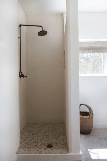 Una Moderna Casa Rustica En Blanco Total Madera Y Con Mucho Encanto Bano Rustico Moderno Diseno De Banos Banos Rusticos