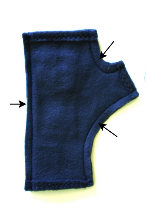 With kids running around and always needing their noses wiped or help with toys, I find myself constantly taking my gloves on and off. Sweater Mittens, Fingerless Gloves Knitted, Sewing Clothes, Diy Clothes, Dress Sewing Patterns, Hat Patterns, Pattern Sewing, Stitch Patterns, Knitting Patterns