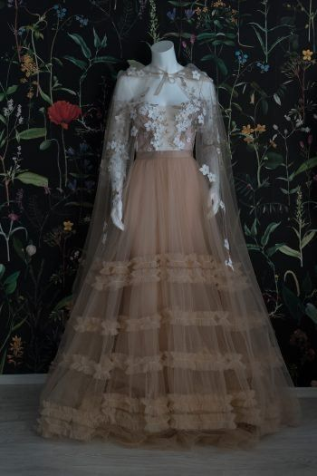 Have a taste of this airy dessert garnished with a caramel icing cape and hood. Sprinkle marzipan flowers and mayers of sugar ruffles. Best served on a Grimm inspired party. Hijab Wedding Dresses, Bridal Dresses, Prom Dresses, Formal Dresses, Gowns Of Elegance Glamour, Victorian Gown, Modern Victorian Dresses, Fairytale Gown, Fantasy Gowns