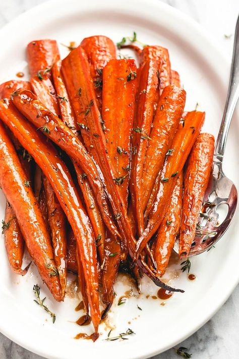 Honey Balsamic Roast Honey Balsamic Roasted Carrots - - These roasted carrots are the perfect side dish for your Sunday roast or an easy side for a holiday table. Balsamic Carrots, Oven Roasted Carrots, Honey Carrots, Balsamic Vinegar, Side Dish Recipes, Vegetable Recipes, Vegetarian Recipes, Veggies, Baking Center