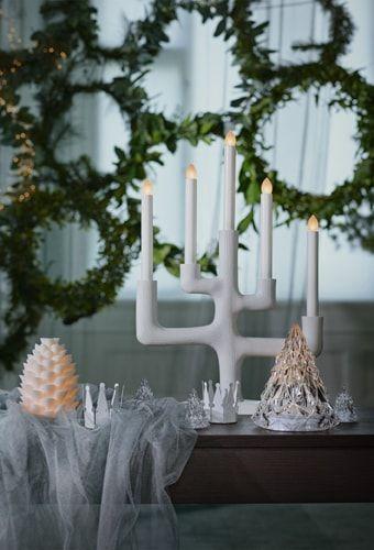 Der Ikea Strala Kerzenhalter 5 Armig Led Zweig Weiss Vor Festlichen Kranzen Gemutliche Gemutliche Weihnachten Ikea Weihnachten Weihnachten Dekoration