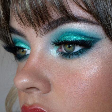 Top rated volume mascara According to Celebrity Makeup - Style My Hairs Turquoise Makeup, Teal Makeup, Retro Makeup, Green Makeup, Vintage Makeup, 70s Makeup Look, Peacock Eye Makeup, Makeup Trends, Makeup Inspo