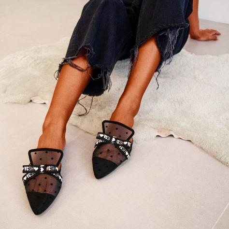 A mule favorita das Vinci Lovers ❤  Conhecidas pelo conforto e praticidade, as mules são muito versáteis. Os detalhes da Carmel Petit Poá, além de dar aquele toque mais sofisticado à produção, ainda dão um charme especial ao look. ⠀ O detalhe do bico fino é super feminino e deixa o visual mais cool e moderno. Ideal para arrematar um look básico, como jeans e tshirt. Aposte! ✨ ⠀ #mule #bicofino #comfyshoes #vincishoes