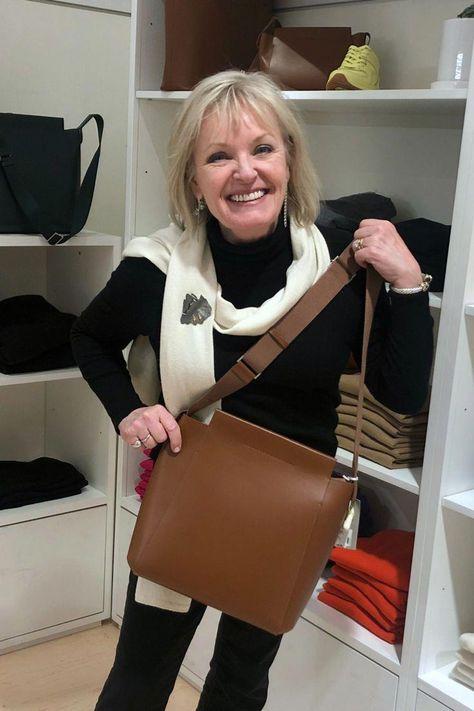 Jennifer Connolly holding the form leather crossbody by Everlane #fashionover50 #fashionover60 #fashionover40 #scarf #womensfashionover30over50