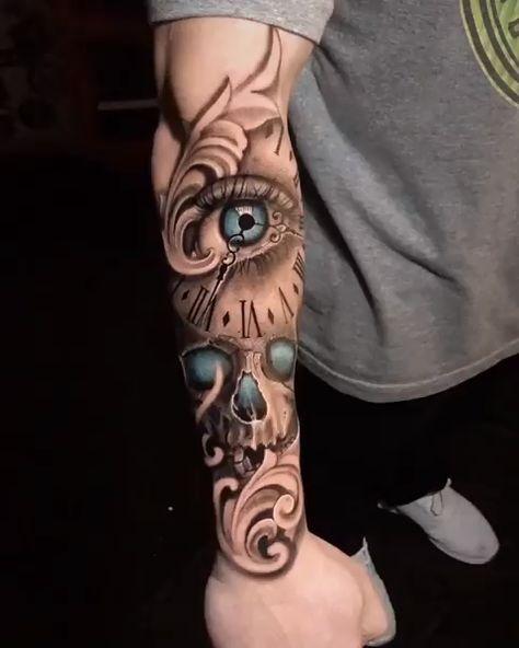 Tatuagem de relógio e caveira no estilo preto e cinza com alguns detalhes coloridos. Arte criada pelo incrível artista Rafael Bebber.