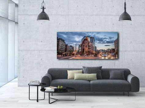 Wauwie!! Deze onwijs gave foto schilderij 'Just another day' is geschoten in de stad op een hedendaagse dag. Het laat je wegdromen in de drukte van de stad. Gedrukt achter glas is dit item een geweldig mooie aanvulling in je interieur.