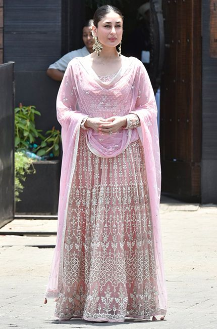 Kareena Kapoor Khan In A Pastel Pink Lehenga By Anita Dongre For Sonam Kapoor S Wedding Kareenakap Bollywood Dress Indian Wedding Outfits Indian Bridal Dress