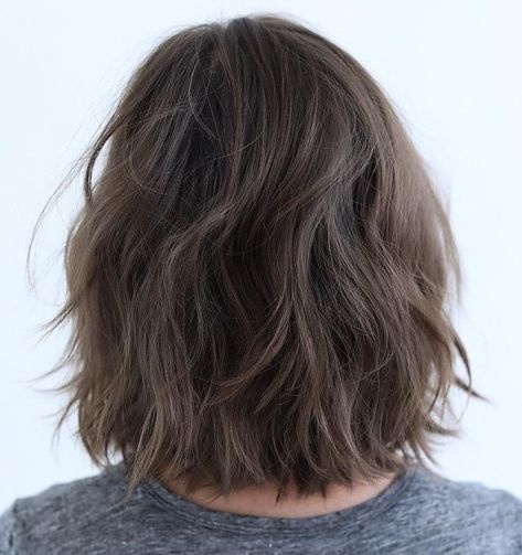 60 Messy Bob Hairstyles for Your Trendy Casual Looks Brunette Bob with Feathered La. Brunette Bob, Bob Hairstyles Brunette, Blonde Bob Haircut, Messy Bob Hairstyles, Medium Bob Hairstyles, Korean Hairstyles, Men Hairstyles, Wavy Bob Haircuts, Brunette Highlights