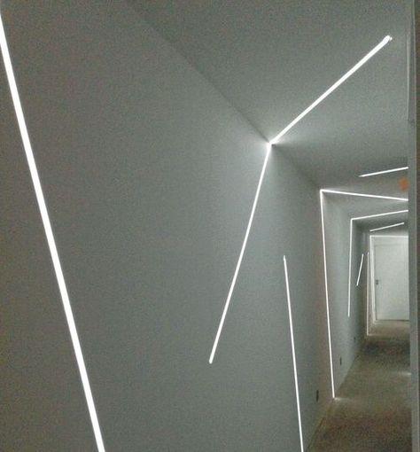 Jeu de lumière dans le couloir qui nous conduit aux chambres. Plus de photos sur Côté Maison http://petitlien.fr/7c02