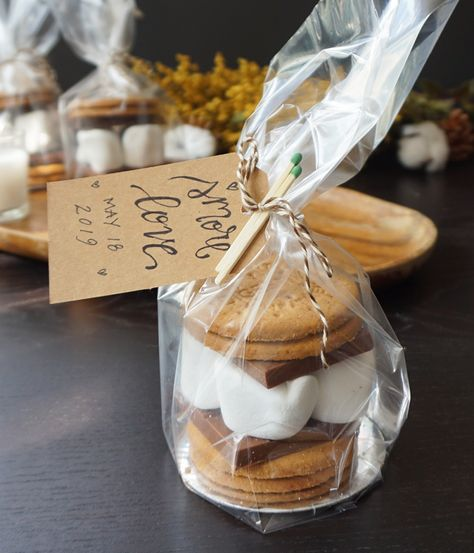 s'mores wedding favors wedding favors Eat 'em or take 'em: these s'mores wedding favors are a gooey gift guests will devour Coffee Wedding Favors, Creative Wedding Favors, Inexpensive Wedding Favors, Elegant Wedding Favors, Wedding Gifts For Guests, Wedding Favor Boxes, Wedding Favors For Guests, Wedding Table Favors, Wedding Souvenir