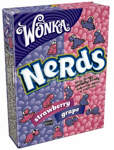 Wonka Nerds Strawberry / Grape - Wonka Nerds Strawberry / Grape*, harde snoepjes in twee verschillende smaken. Aardbeien smaak en aan de andere kant Druiven smaak. Eet twee smaken tegelijk of apart en proef het verrassende recept van Wonka!  Tip: Gebruik Wonka Nerds Strawberry / Grape als decoratie voor cupcakes of een andere lekkere traktatie!  * bevat geen kauwgom.