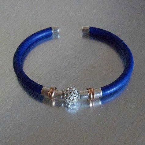 f40fb25dff71 Pulsera de plata y caucho en azul klein con 1 bola de cristal tipo swarovski.  Disponible en más colores.