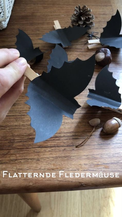 Halloween-Idee: Flatternde Fledermäuse October is all about Halloween: bats, spiders, ghosts and pumpkins are everywhere. This idea makes a great invitation for a Halloween party or a cool giveaway. More ideas for the party >>> …