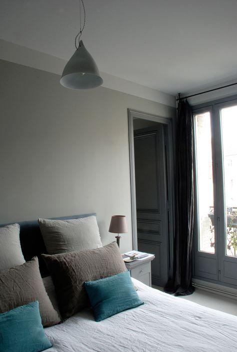Chambre avec mur gris
