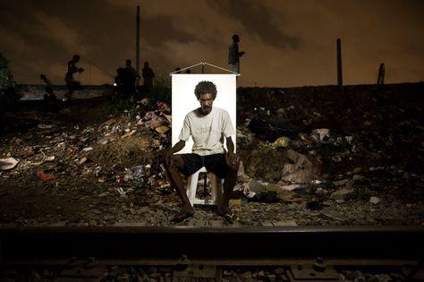 """ADICTOS AL CRACK EN RIO DE JANEIRO. José Mauricio Oliveira, de 41 años, posa para un retrato en un mercado de crack al aire libre, conocido como """"cracolândia"""" o crackland, donde los usuarios pueden comprar crack de día o de noche, en Río de Janeiro, Brasil. Individualmente, la epidemia afecta a personas de todos los ámbitos sociales, algunos de los cuales pierden sus trabajos, algunos con familias amorosas, que albergaron sueños de una vida mejor, todo ello perdido debido a la adicción…"""