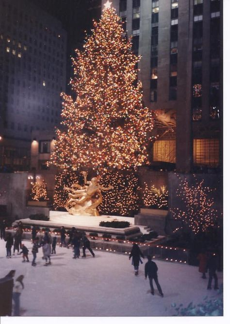 ROCKEFELLER CENTER 1987 Not just solemnly, also wise is likely to be there for Christmas. Since actually the light chain is New York Christmas, Christmas Mood, Merry Little Christmas, Christmas Lights, Christmas Decorations, Holiday Decor, Wallpaper Winter, Christmas Wallpaper, Rockefeller Center