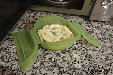 """Tal y como hicimos con otra fantástica receta: la """"Ensalada de verduras con bacalao"""", el """"Gratín de patata con anchoas """", o incluso la """"Dorada a la sal"""", esta receta de Tortilla de calabacín también la hemos cocinado al vapor gracias al microondas en apenas 6 minutos y ¡sin aceite!"""