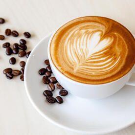 カフェオレ と カフェラテ の違いとは それぞれの言葉の意味を解説 食の知識 オリーブオイルをひとまわし 2020 カフェラテ コーヒー 淹れ方 カフェオレ