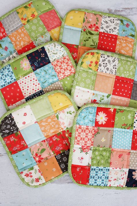 How to Make a Quilted Potholder featured by Top US Quilting Blog, A Quilting Life: image of patchwork potholders Charm Pack Quilt Patterns, Potholder Patterns, Crochet Patterns, Small Quilts, Mini Quilts, Sewing Crafts, Sewing Projects, Diy Quilting Projects, Quilting Ideas