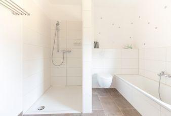 Weiss Geflieste Dusche Und Badewanne In Einem Ebene In 2020 Winkelbungalow Badezimmer Mit Dusche Dusche Fliesen