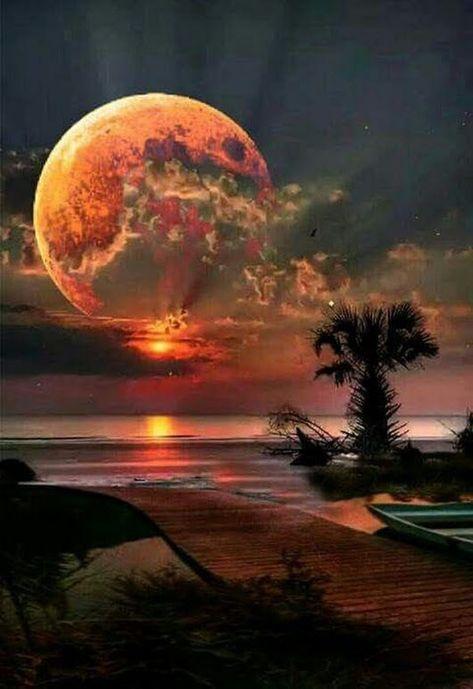 Luna llena a orillas de la playa en una noche con nubes