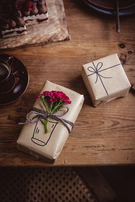 Einfache Geschenkverpackung aus Packpapier und Blumen. So ist Geschenke verpacken leicht gemacht. #Tipp #Geschenk #verpacken #Blume #Geburtstag