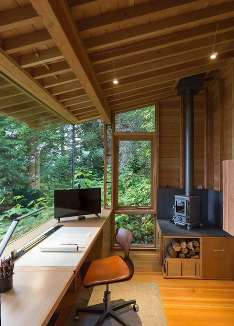 Architect s tiny studio doubles as a hangout for his daughter - Creative Workspace Beautiful Home Office Office Design # - Tiny Studio, Garden Office, Backyard Office, Backyard Door, Outdoor Office, Wooden Desk, Wooden Room, Home Office Design, Office Designs