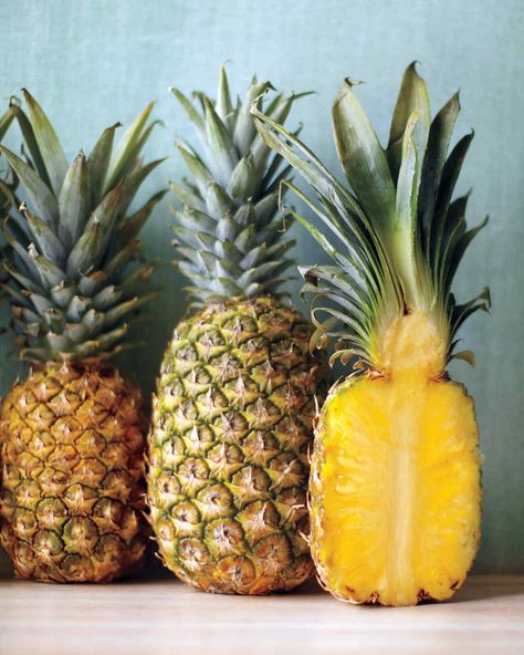The golden color and sweet flavor of pineapple work wonderfully in both desserts and savory dishes. Here, our best recipes highlighting the tropical fruit, plus tips on how to buy and store it. Martha Stewart, Pineapple Cocktail, Pineapple Salsa, Eating Pineapple, Ripe Pineapple, Home Remedies Beauty, Natural Remedies, Homemade Beauty, Diy Beauty
