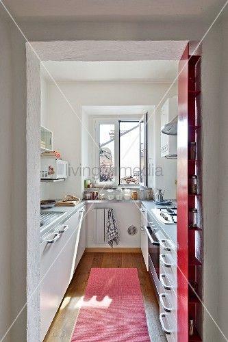 Blick Durch Offenen Durchgang In Schmale Moderne Kuche Schmale Kuche Schmales Haus Einrichten Moderne Kuche