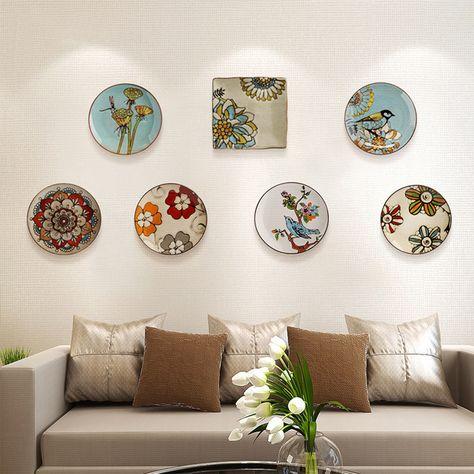 Biztosan emlékszel még a régi időkre, amikor a nagymama tányérokat helyezett a falra, hogy feldobja a szoba hangulatát. Ennek az életérzésnek a reinkarnációját láthatod, ahogy ezek a gyönyörű tányérok bearanyozzák a modern stílusú szoba hangulatát is.