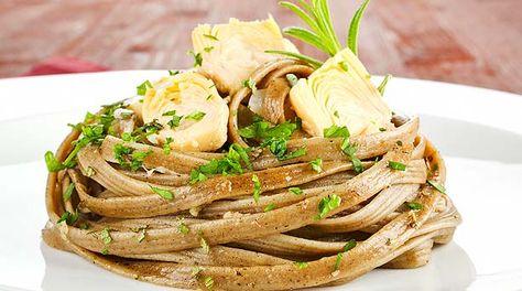 Pasta en salsa de alcachofa y espinaca