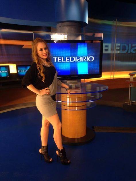 Melissa Gonzalez conduce seccion  de espectaculos TRAS LOS FAMOSOS  TELEDIARIO FIN DE SEMANA  canal 12 local monterrey nl