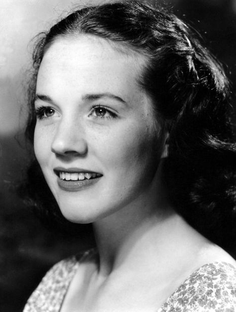 Can you believe this was Julie Andrews in the 1950s?  It's amazing what a difference makeup and a different hairstyle make!