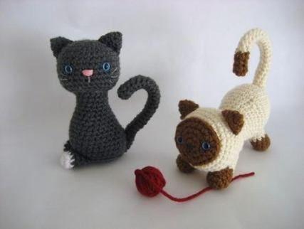 Little black amigurumi cat keychain (free crochet pattern) | Mindy | 322x427