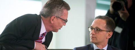 Bundesinnenminister Thomas de Maizière(CDU) und Bundesjustizminister Heiko Maas (SPD): Die Vorratsdatenspeicherung kommt http://www.spiegel.de/netzwelt/netzpolitik/vorratsdatenspeicherung-regierung-stellt-verkehrsdatenerfassung-vor-a-1028714.html