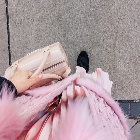 "Débora Sarmento Rocha on Instagram: ""#details 💖 . . . . #fashion #inspiration #fotorespiro #winter #wintervibes #saiaplissada #lookrosa"""